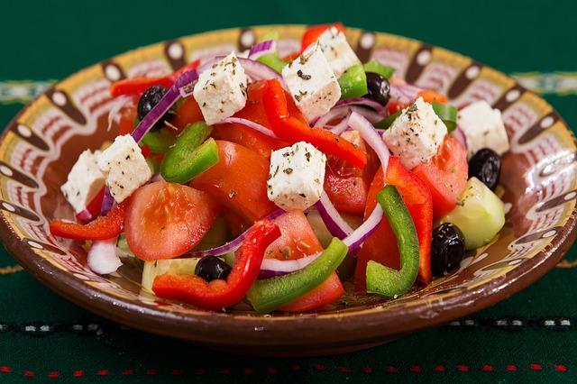 salade grecque servie à Paris
